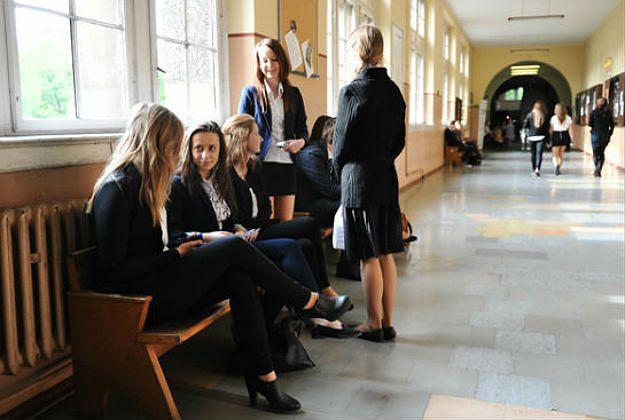 Uczennice na szkolnym korytarzu.