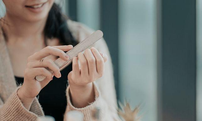 Piłowanie paznokci w kształt trumienek wymaga wprawy.
