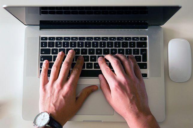 MEN apeluje do nauczycieli, by pomagali uczniom w nauce za pośrednictwem internetu