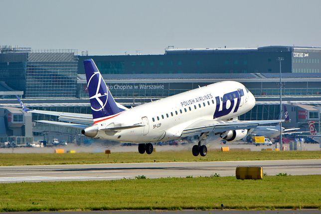 Samolot polskich linii lotniczych LOT na płycie lotniska Warszawa Okęcie