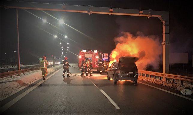 Mikołów. Samochód spłonął, ale na szczęście nic nikomu się nie stało.