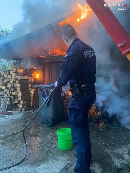 Śląsk. Dzięki reakcji policjantów pożar w Babicach szybko udało się ugasić.