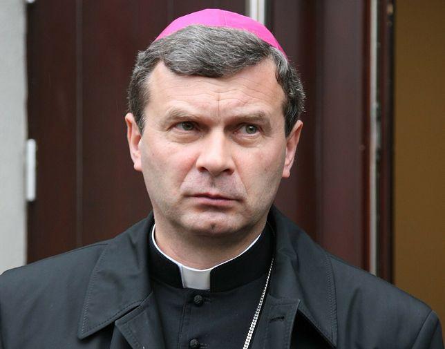 Biskup Tadeusz Bronakowski chce zakazu reklamy piwa w telewizji