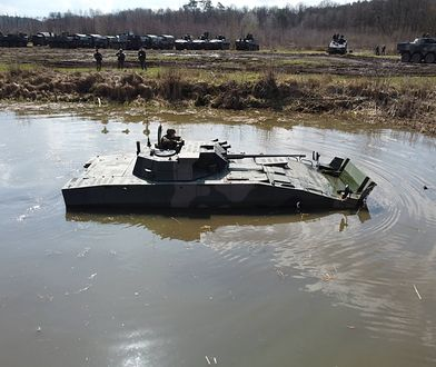 Żołnierze 17. Wielkopolskiej Brygady Zmechanizowanej na poligonie w Wędrzynie ćwiczą pokonywanie przeszkody wodnej