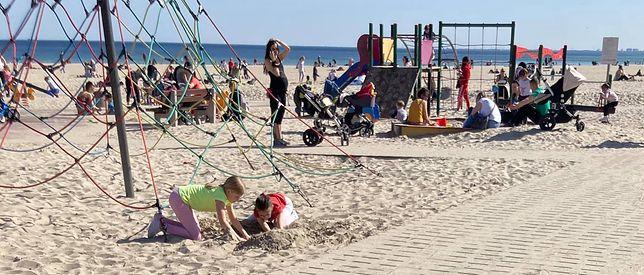 Tłumy na plaży i placu zabaw w Gdyni