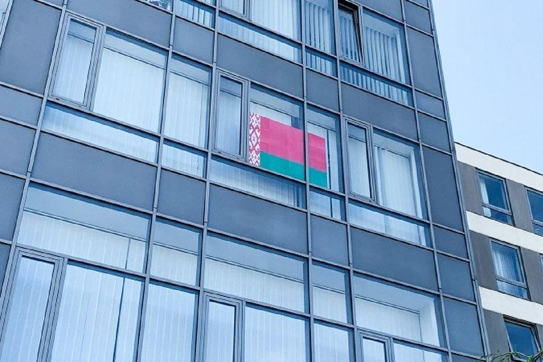 Wpadka z białoruską flagą w Warszawie. Zawisła w oknie ratusza