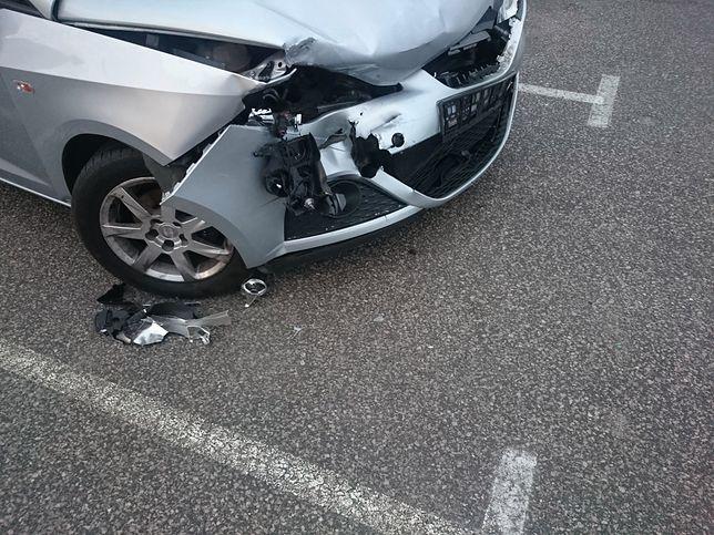 Auto rozbite na parkingu