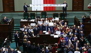 Opozycja okupuje mównicę w Sejmie