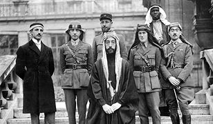 Emir Faisal (na pierwszym planie) podczas konferencji pokojowej w Paryżu w 1919 r. w towarzystwie Thomasa Lawrenca (trzeci z prawej)