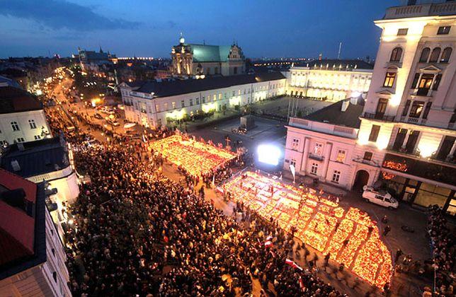 16.04.2010 r. znicze przed Pałacem Prezydenckim w Warszawie