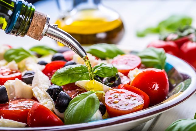 Sosy do sałatek warto przygotować samodzielnie