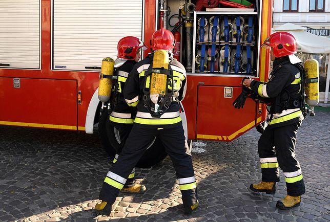 Strażacy pracują na miejscu zdarzenia