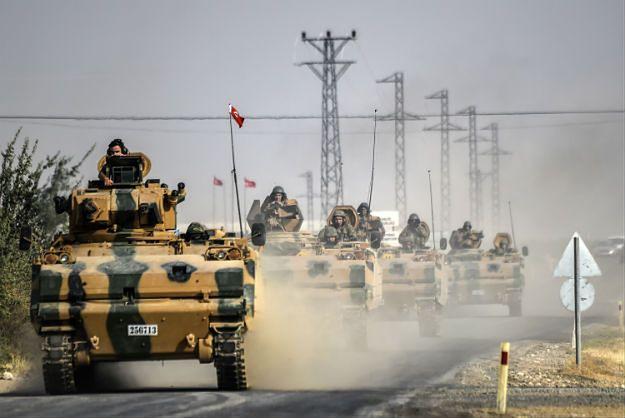 Kolumna tureckich wojsk na drodze przy granicy z Syrią