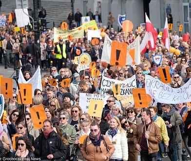 Strajk nauczycieli. Obrady okrągłego stołu, a przed Narodowym pikieta. Jesteśmy na miejscu