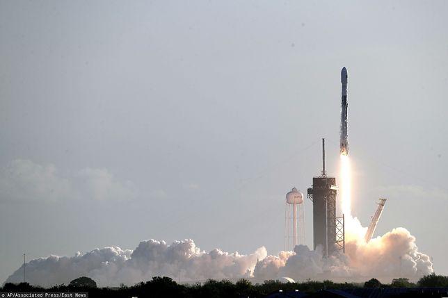 Start rakiety Falcon 9 z satelitami Starlink.
