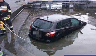 Ten kierowca może mówić o wielkim pechu. Auto w wodzie, a on z mandatem