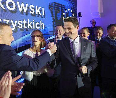 Rafał Trzaskowski i Grzegorz Schetyna podczas wieczoru wyborczego Koalicji Obywatelskiej.