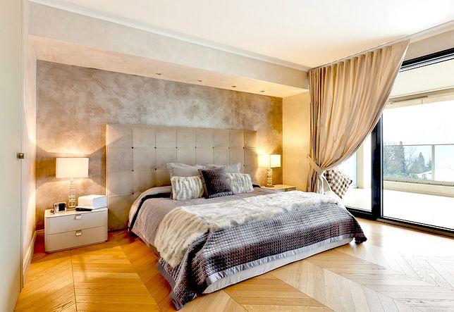 Narzuta w sypialni może nawiązywać do zastosowanej kolorystyki i stylu wnętrza
