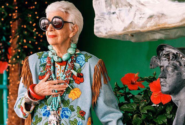 Iris Apfel zawsze wybiera stroje, od których nie sposób oderwać wzroku