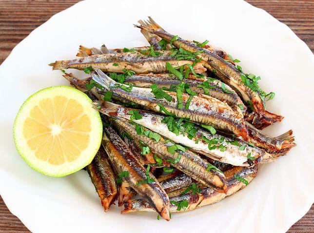 Anchois to francuskie określenie przetworów z sardeli europejskiej – małej, tłustej ryby o wyrazistym zapachu i smaku. Przepisy z anchois