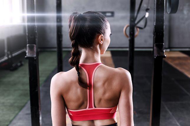 Wzmocnione mięśnie pleców stabilizują kręgosłup i pomagają utrzymać prawidłową postawę ciała.