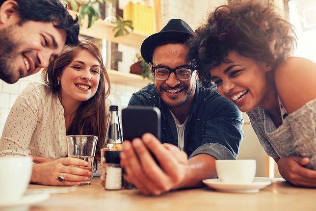 Mobilny styl życia. Dzień w wielkim mieście bez kart i portfela