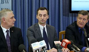Od lewej: płk ABW Jan Bilkiewicz, prokurator prokuratury apelacyjnej w Krakowie Mariusz Krasoń i Artur Wrona z prokuratury apelacyjnej w Krakowie podczas konferencji prasowej w siedzibie ABW