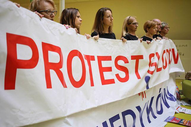 Protest fizjoterapeutów. Medycy strajkują w szpitalu przy Żwirki i Wigury w Warszawie
