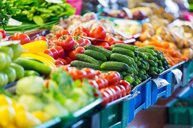 Stragan z warzywami i owocami.