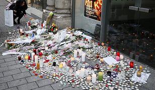W miejscu zamachu mieszkańcy stawiają świece