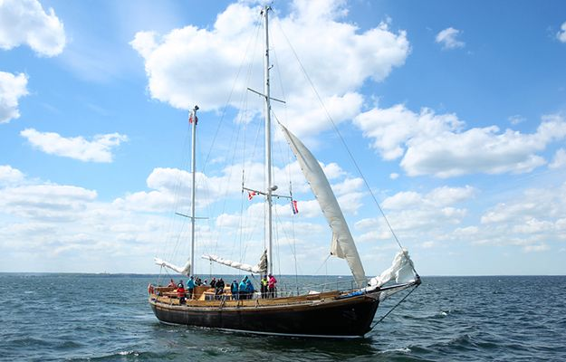 Jacht Zjawa IV - moment, w którym wypływał z portu w Gdyni