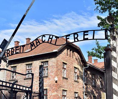 Robią sobie z Auschwitz żarty. Kolejny turysta, który wydrapał swoje imię na ścianie