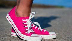 Sportowe buty łącz z eleganckimi dodatkami