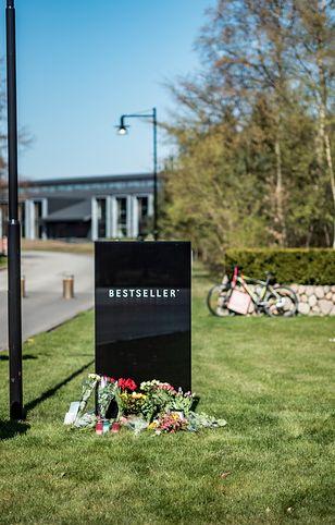 Duńczycy składają kwiaty przed firmą miliardera