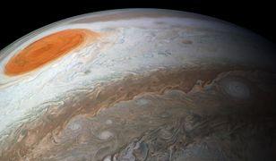 Ogromna grawitacja Jowisza nieustannie przyciąga asteroidy