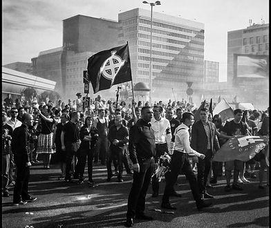 Nacjonaliści z krzyżem celtyckim na obchodach 71. rocznicy powstania