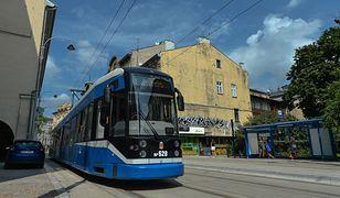 Kraków. Pijany i rozebrany 27-latek skopał tramwaj. W ręku miał wycieraczkę