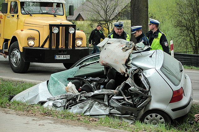 Śmierć na drodze. Auta doszczętnie zniszczone - zdjęcia