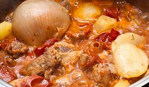 Kociołek wypełniony mięsem i warzywami. Posmakuje całej rodzinie