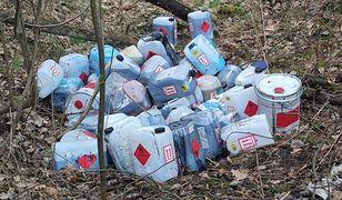 Bieruń. Niebezpieczne znalezisko. Chemiczne odpady w lesie