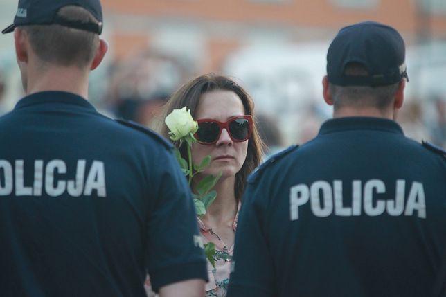 Policjanci na Krakowskim Przedmieściu w Warszawie podczas miesięcznicy katastrofy smoleńskiej.