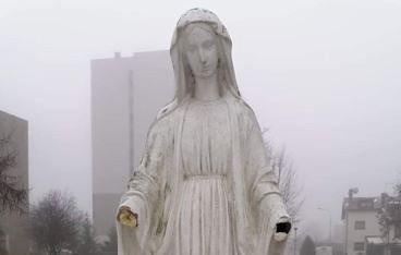 Częstochowa. Figura Matki Bożej przy kościele parafii Świętych Pierwszych Męczenników Polski w Częstochowie ma wyrwane obie dłonie.