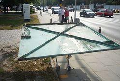 Ukradli komuś bramę i wieźli ją po ulicach na sklepowym wózku