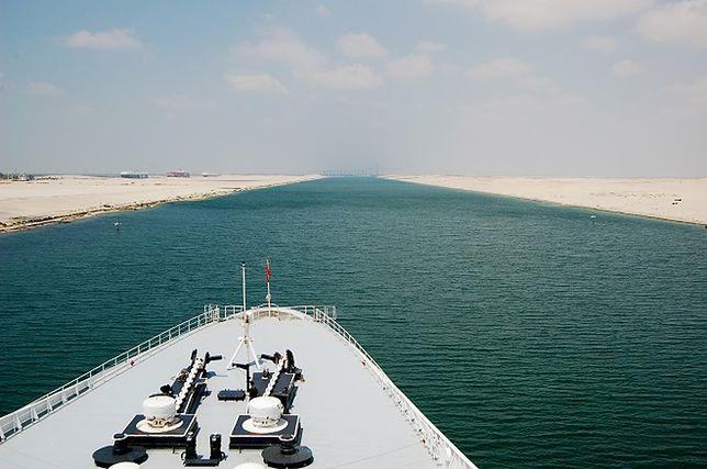 Stary i nowy kanał w towarzystwie amerykańskich okrętów