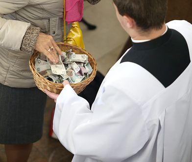 Ofiara tradycyjnie pobierana jest w gotówce, ale kościoły otwierają się na nowoczesność