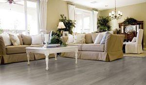 Jak optycznie powiększyć pokój? Triki na poziomie podłogi