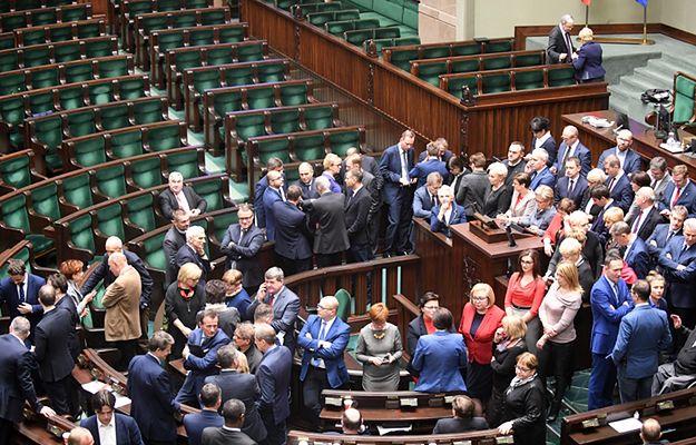 Posłowie Platformy Obywatelskiej po ogłoszeniu przez marszałka przerwy w 34. posiedzeniu Sejmu