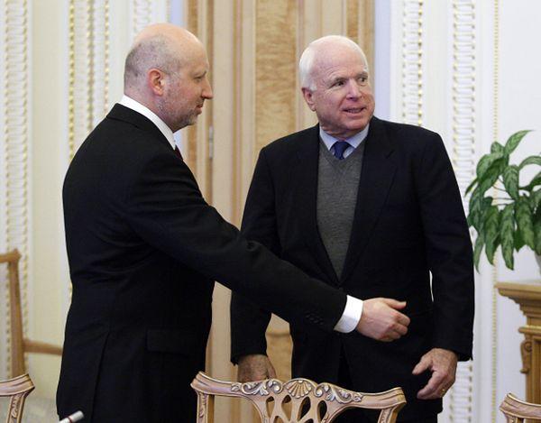 P.o. ukraińskiego prezydenta Ołeksandr Turczynow i senator John McCain