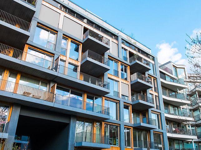Montaż reklamy na bloku - czy wymaga zgody wszystkich właścicieli mieszkań? Jak można zaskarżyć taką decyzję?