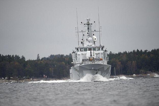 Okręt szwedzkiej marynarki wojennej podczas poszukiwań obcej łodzi podwodnej w październiku 2014 r.
